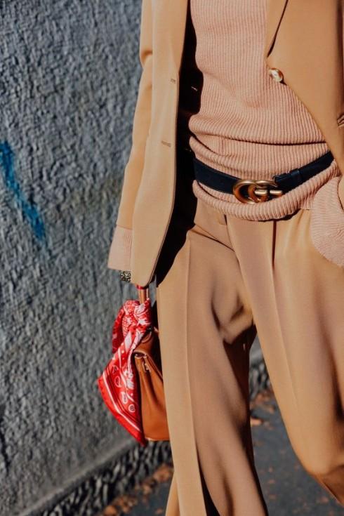 Tạo điểm nhấn cho trang phục trung tính bằng phụ kiện là một phương pháp được nhiều fashionista áp dụng.