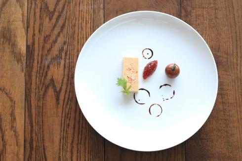 Pate gan ngỗng nhập từ Pháp ăn kèm mứt cà chua và cà chua Ý. Vị mứt quả chua ngọt sẽ giúp vị béo của gan ngỗng trở nên mượt mà hơn.