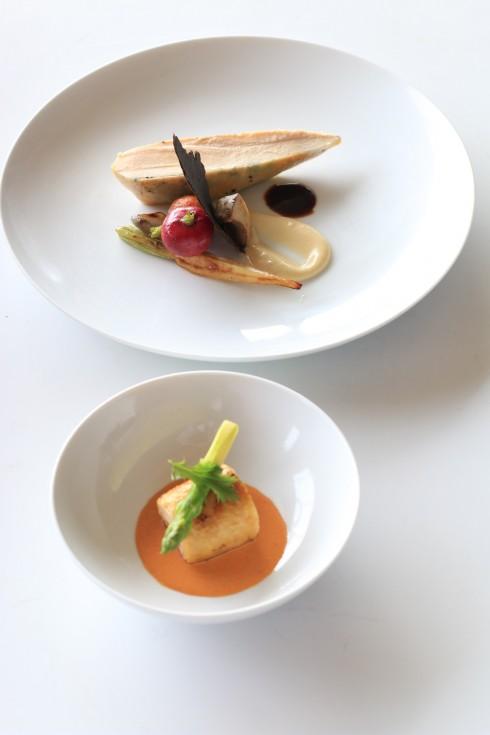 Gà Pháp vàng nấu 2 kiểu: Lườn gà Pháp với phần thịt mềm và ngọt, được nhồi nấm truffle vào giữa phần da và thịt, tạo nên phần vỏ giòn cùng mùi hương độc đáo, ăn kèm sốt kem từ hoa súp-lơ và sốt nấm truffle; Thịt đùi được ướp với nấm pocini và ăn kèm sốt tôm hùm.