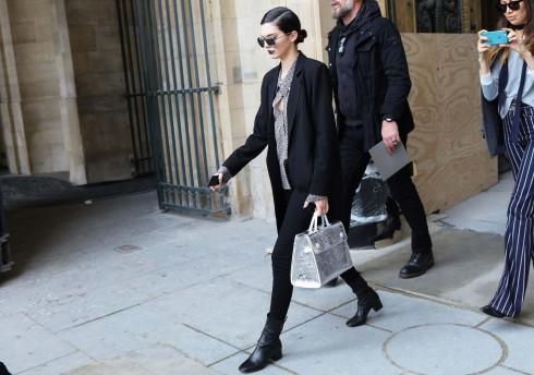 Kendall Jenner xuất hiện ấn tượng với đôi môi màu nho đen cùng mẫu túi Diorever màu bạc nổi bật.
