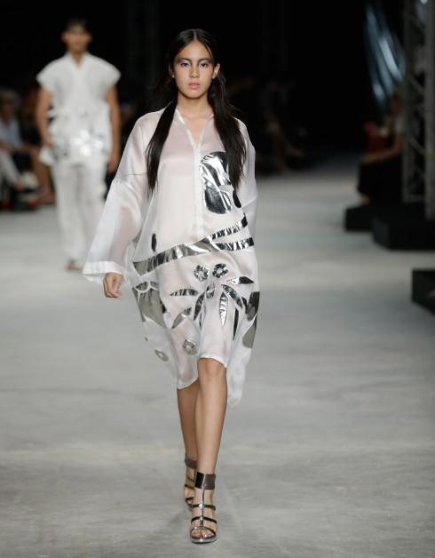 Họa tiết hoa kim loại đính trên áo là điểm nhấn đặc biệt của thương hiệu Nagara<br/>Tuần lễ Thời trang ELLE Thailand Xuân Hè 2016