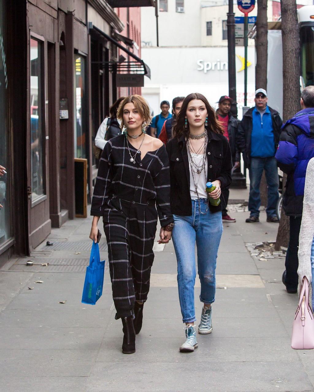 Bella và Hailey Baldwin trên phố.