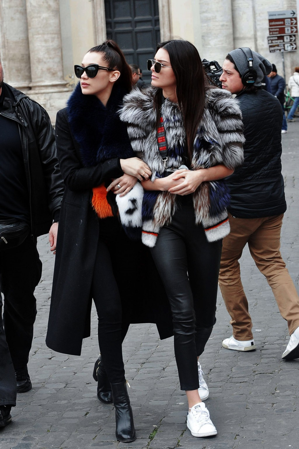 Bella và Kendall Jenner.