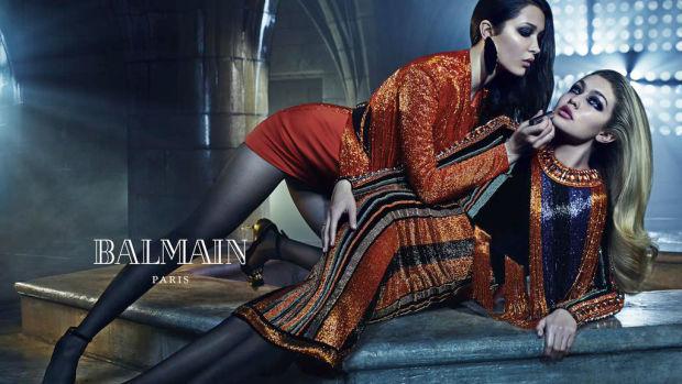 Bella sải bước tự tin trên sàn diễn của Balmain x H&M hồi năm 2015.