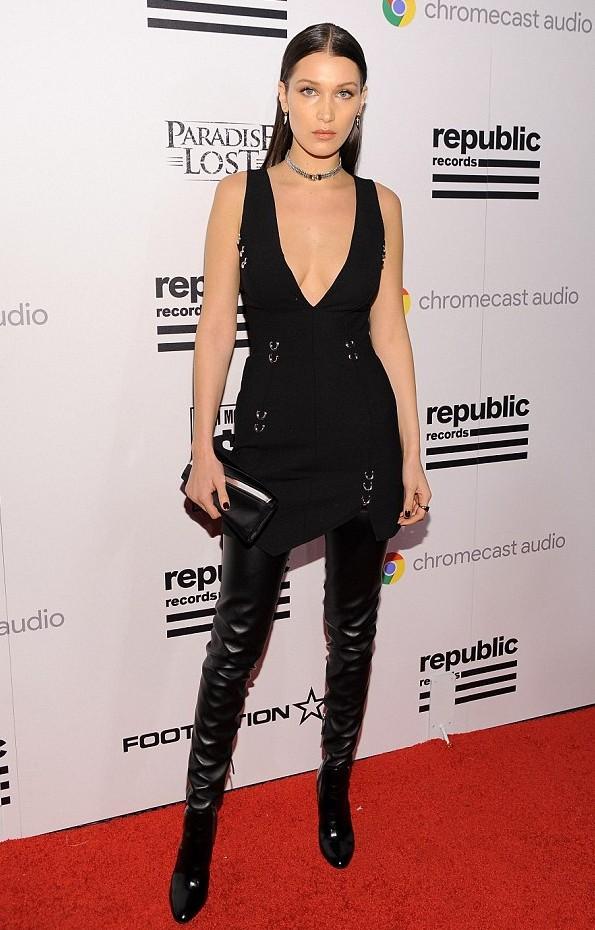 Bella Hadid gợi cảm trên thảm đỏ của bữa tiệc được tổ chức bởi Republic Records.