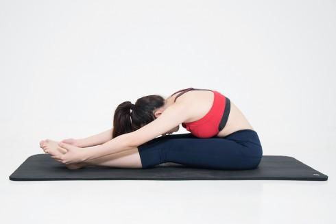 5 động tác Yoga giảm mỡ bụng sau sinh - ELLE Việt Nam (4)