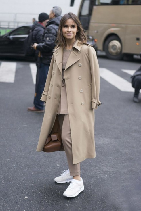 Áo khoác tailoring và giày sneakers mang đến vẻ ngoài năng động và thời thượng.