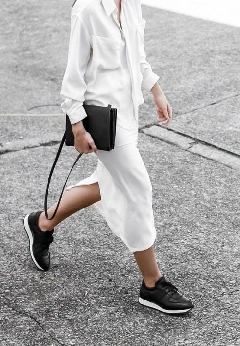 """Mọi phong cách ăn mặc: Từ """"Less Is More"""" đến """"More is More"""" đều có thể phối hợp hài hòa với giày sneakers."""