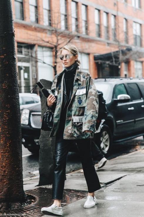 Màu tối, áo khoác cá tính và giày thể thao. Bạn hẳn có thể hình dung vẻ ngoài sẽ nổi bật thế nào rồi đấy!