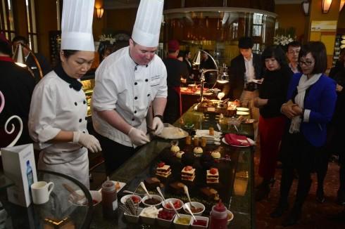 Hành trình ẩm thực sẽ tuyệt diệu hơn khi được tận mắt nhìn thấy bàn tay tài nghệ của các đầu bếp đang sáng tạo ẩm thực.