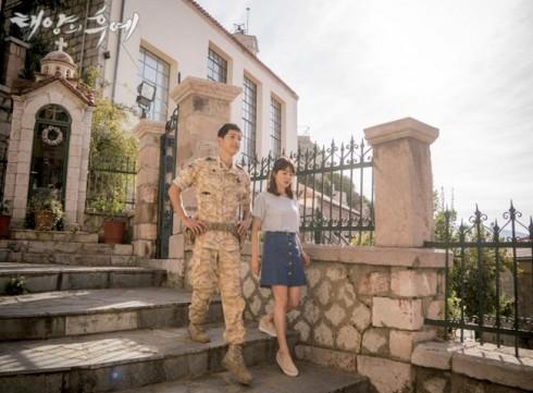 Thời trang của Song Hye Kyo trong Hậu duệ của mặt trời elle vietnam 01
