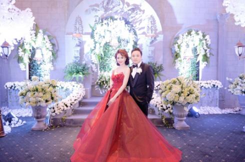 Không gian dạ tiệc cưới đầy nghệ thuật của cặp vợ chồng Victor Vũ – Định Ngọc Diệp
