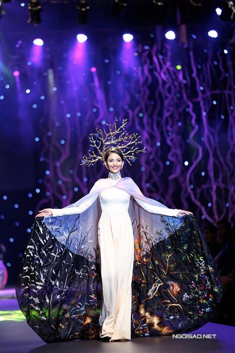 """Không gian sân khấu thời trang áo dài """"Đa sắc"""" của nhà thiết kế Đinh Văn Thơ"""