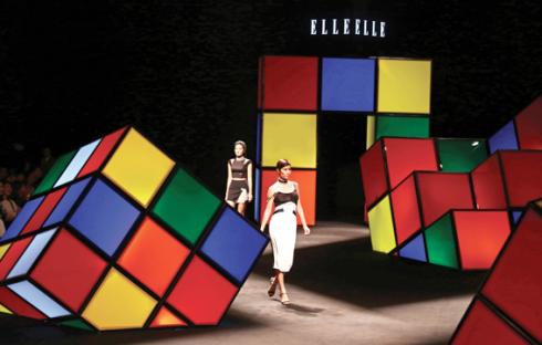 """Sân khấu ELLE Fashion Show Xuân - Hè 2015 với chủ đề """"Những ô màu khối lập phương"""""""