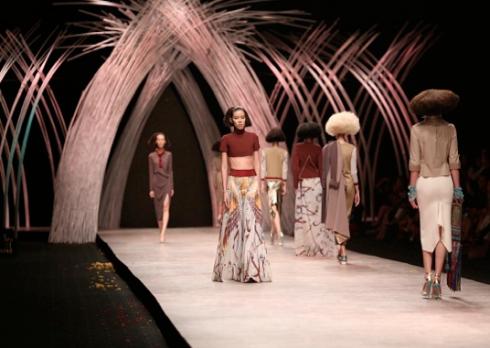 Sân khấu Vietnam International Fashion Week 2015 sử dụng tre và trúc làm vật liệu chủ đạo, tôn vinh hình ảnh thời trang cao cấp hoà quyện với giá trị truyền thống.