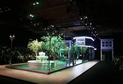 The Fashion Show của Tresemé tái hiện không gian đường phố như một phiên bản của Sài Gòn thu nhỏ, với đài phun nước, ghế đá, hàng cây hay sự xuất hiện của những salon tóc, boutique thời trang