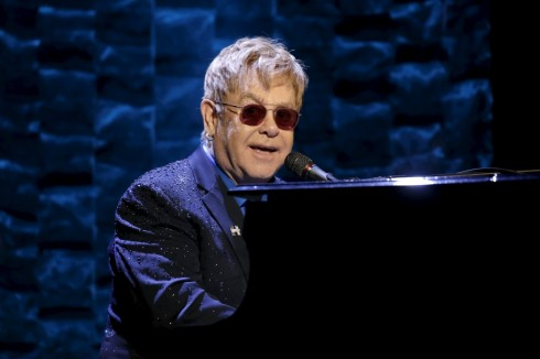 Ve si cu kien Elton John quay roi tinh duc – ellevn - 01