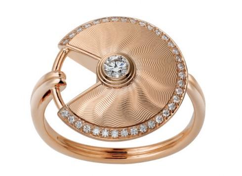 Nhẫn làm từ vàng hồng đính kim cương