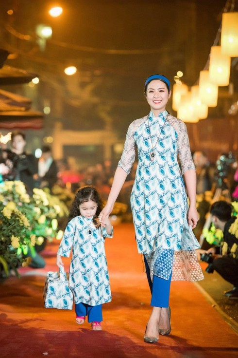 """NTK Hoa hậu Ngọc Hân trong một mẫu thiết kế áo dài nằm trong bộ sưu tập """"Chim Công"""" của mình."""