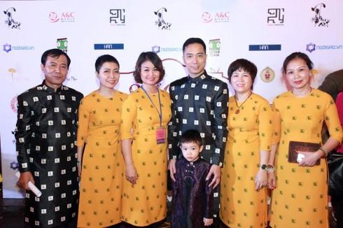 Nhà thiết kế Đỗ Trịnh Hoài Nam và các thành viên sáng lập ThonArt trong bộ sưu tập áo dài riêng dành tặng ThonArt