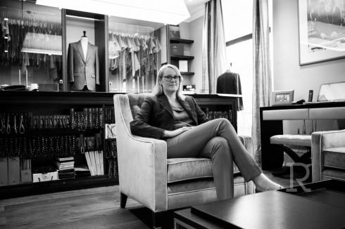"""""""Cha tôi thường đưa tôi đi may suits tại Savile Row khi tôi còn bé và tôi yêu cái khái niệm rằng một chiếc áo khoác được may đo hoàn hảo có thể hoàn toàn biến đổi bạn."""" - Kathryn Sargent"""