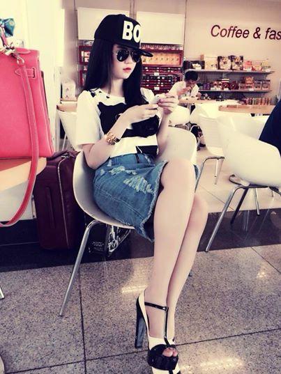 Dù mang đôi giày cao gót khá cao, nhưng cô nàng trông rất khỏe khoắn với chân váy denim và mũ lưỡi trai