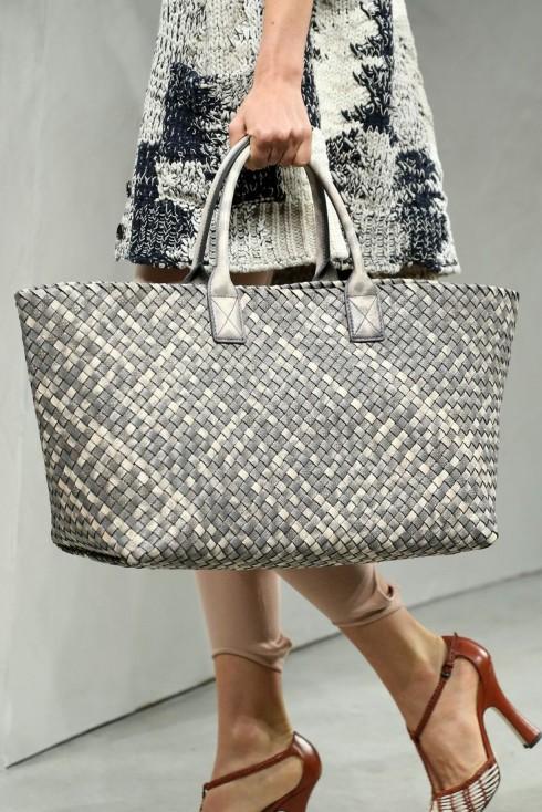 Chiếc túi Cabat được fashionista Việt gọi vui là chiếc túi đan nong mốt hàng hiệu.