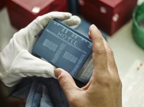 Mỗi sản phẩm từ xưởng sơn mài Hanoia đều phải trải qua quá trình chế tác thủ công kéo dài trong 2 tháng.