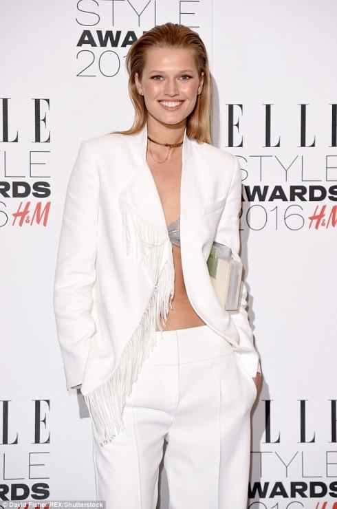 Toni Garrn gây chú ý với phong cách thời trang khoe áo ngực