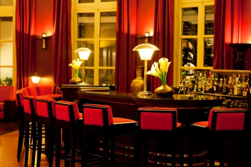 Quầy bar tại tiền sảnh với những chiếc ghế và đèn bàn đúng theo tinh thần thập niên 1920-30.