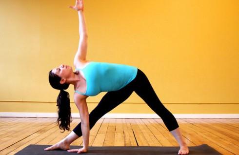 5 bài tập Yoga cơ bản cho người mới bắt đầu - ELLE Việt Nam (2)