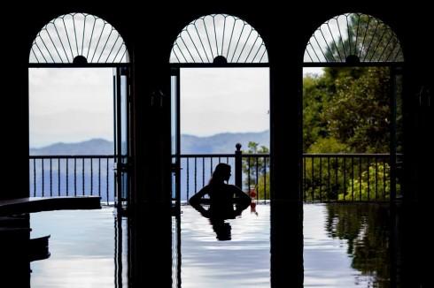 Bể bơi trong nhà có tầm nhìn tuyệt đẹp.