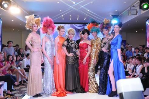 Bà Nguyễn Thị Bích Liên (thứ 4 từ trái qua) - Tổng Giám đốc DMC cùng xuất dàn mẫu tham gia show diễn đặc biệt chuyên ngành tóc và spa.