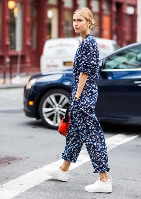Bạn không cần phải ăn mặc cầu kì mới thu hút được ánh nhìn của người người trên phố. Chỉ cần một bộ jumpsuit vừa vặn mang họa tiết xinh xắn là đủ!