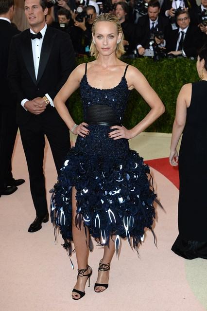 Người mẫu, diễn viên Amber Valletta trong thiết kế riêng của H&M