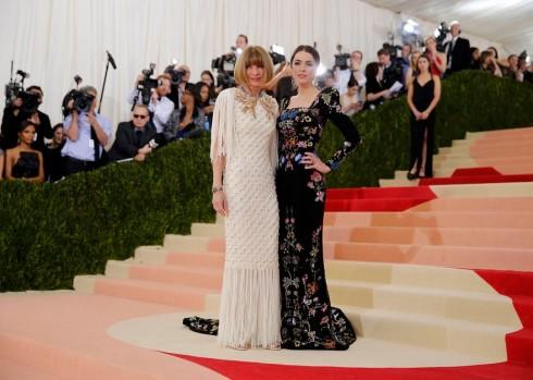 Anna Wintour trong thiết kế của Chanel bên cạnh con gái