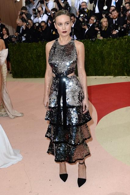Nữ diễn viên vừa đoạt giải Oscar lần thứ 88 trong thiết kế váy ánh kim từ Proenza Schouler