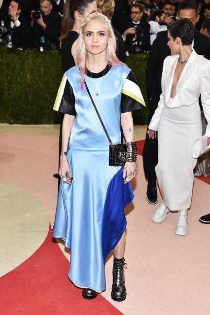 Grimes trong thiết kế của Louis Vuitton. Có thể thấy Louis Vuitton đứng đầu danh sách của những bộ cánh tệ nhất MET Gala năm nay
