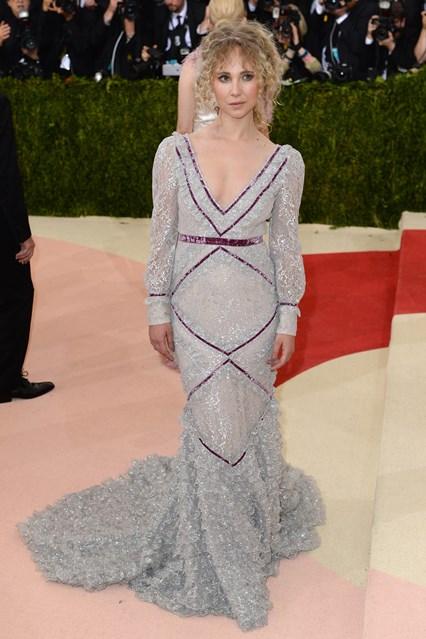 Juno Temper trông già đi hàng chục tuổi trong mẫu váy của Erdem cùng kiểu tóc không ăn nhập.