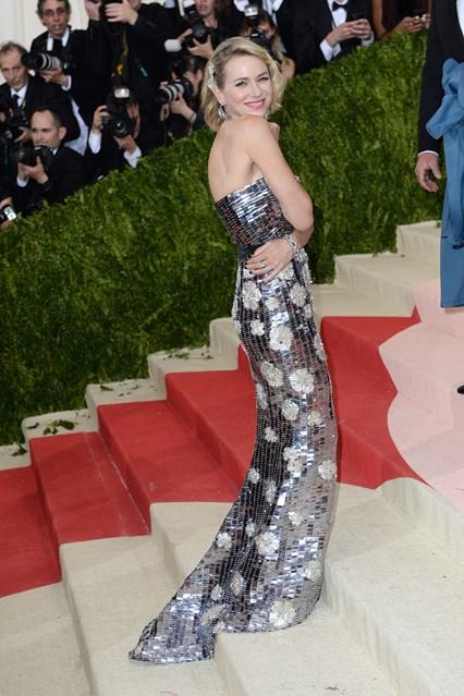 Nữ diên viên Naomi Watts trong thiết kế của Burberry