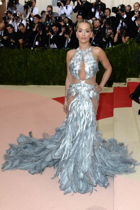 Rita Ora trong thiết kế đính lông ánh kim lộng lẫy từ Vera Wang