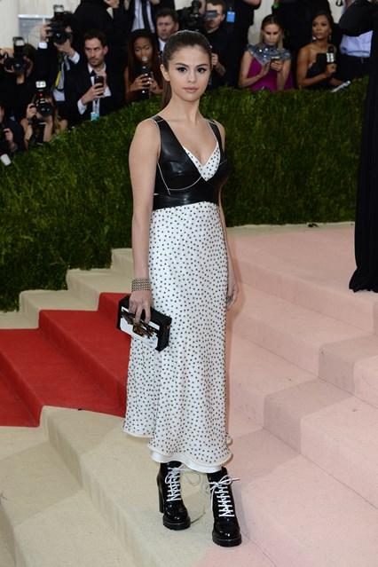 Selena trong thiết kế váy của Louis Vuitton
