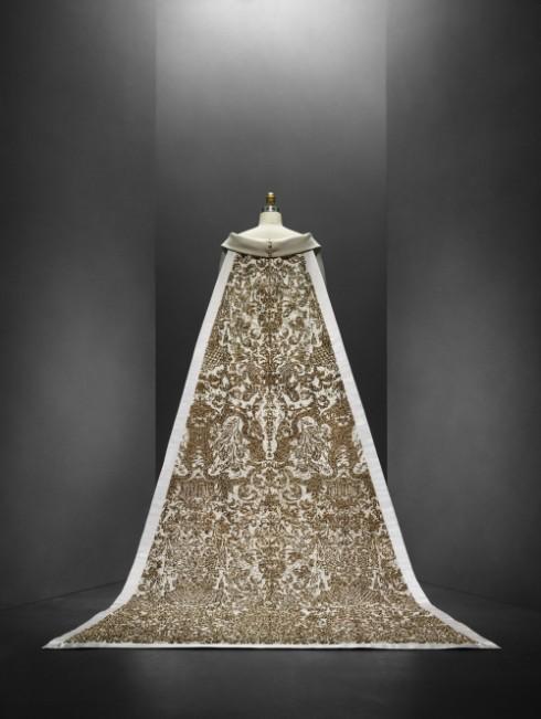 Mẫu váy cưới đình đám được thiết kế bởi Karl Lagerfeld cho Chanel được đặt làm hình ảnh chính cho triển lãm Mans x Machina tại Bảo Tàng Nghệ Thuật Metropolitan