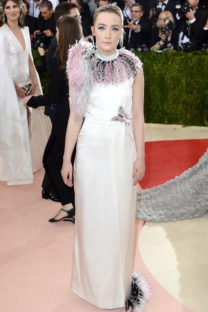 Nữ diễn viên trẻ Saiorse Ronan cùng chiếc váy không mấy liên quan của Christopher Kane