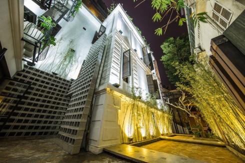 Giữa phố phường tấp nập,Ưu Đàm Chay như một ốc đảo xanh tươi mát lành.