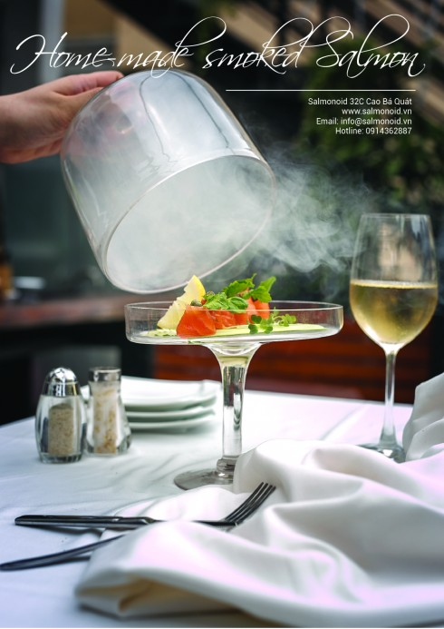 Món cá hồi được hun khói ngay tại bàn.