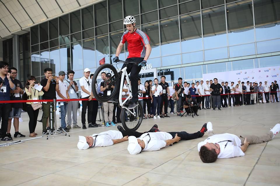 Màn trình diễn xe đạp stunt độc đáo do vận động viên chuyên nghiệp Igor Tjumensev từ tập đoàn BMW