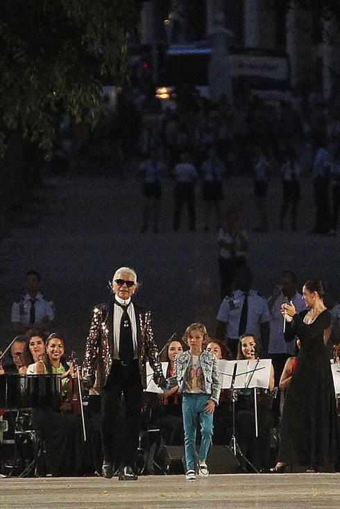 Hình ảnh kết show tuyệt đẹp và thú vị: Karl Lagerfeld trong thiết kế của Hedi Slimane.