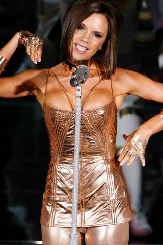 Victoria Beckham bị buộc phải hát nhép vào thời Spice Girls