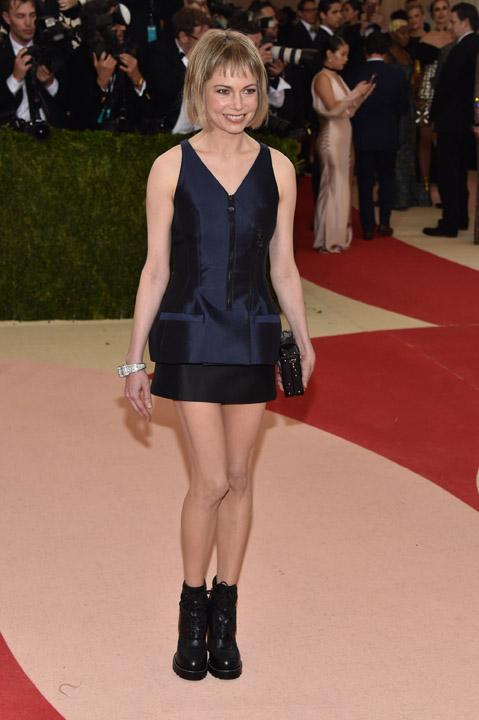 Michelle Williams trong trang phục Louis Vuitton và nữ trang Cartier